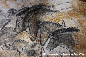 Panneau-des-chevaux-®-Patrick-Aventurier-Caverne-du-pont-darc.