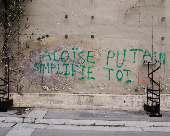 Graffiti 'Aloise putain simplifie toi'